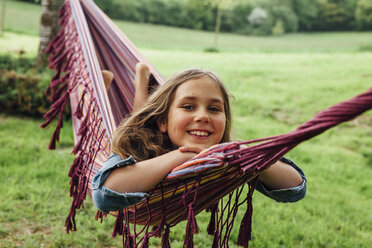 Portrait of happy girl lying in hammock - ANHF00051