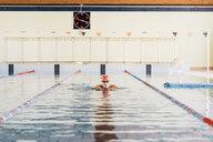 Senior man swimming in swimming pool - CUF12605