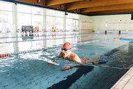 Senior man swimming in swimming pool - CUF12608