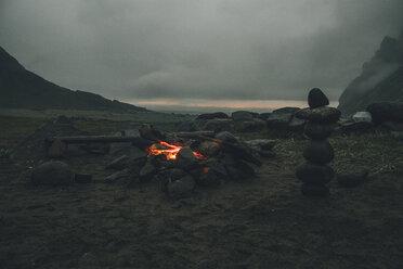 Norway, Lofoten, Moskenesoy, Camp fire at Bunes Beach - GUSF00778