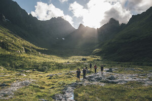 Norway, Lofoten, Young men hiking in Moskenesoy - GUSF00781