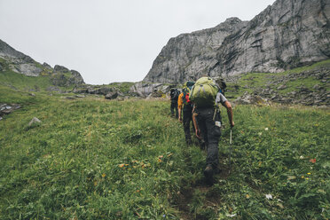 Norway, Lofoten, Moskenesoy, Young men hiking at Horseid Beach - GUSF00868
