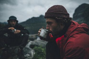 Norway, Lofoten, Moskensoy, Young men having breakfast at Selfjord - GUSF00874