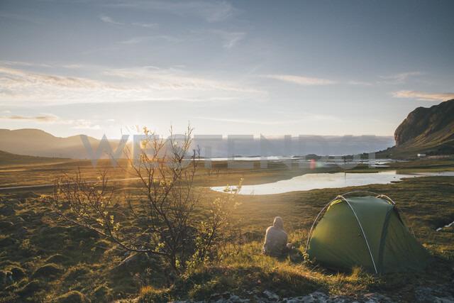 Norway, Lofoten, Moskenesoy, Young man camping at Hovdanvika - GUSF00904