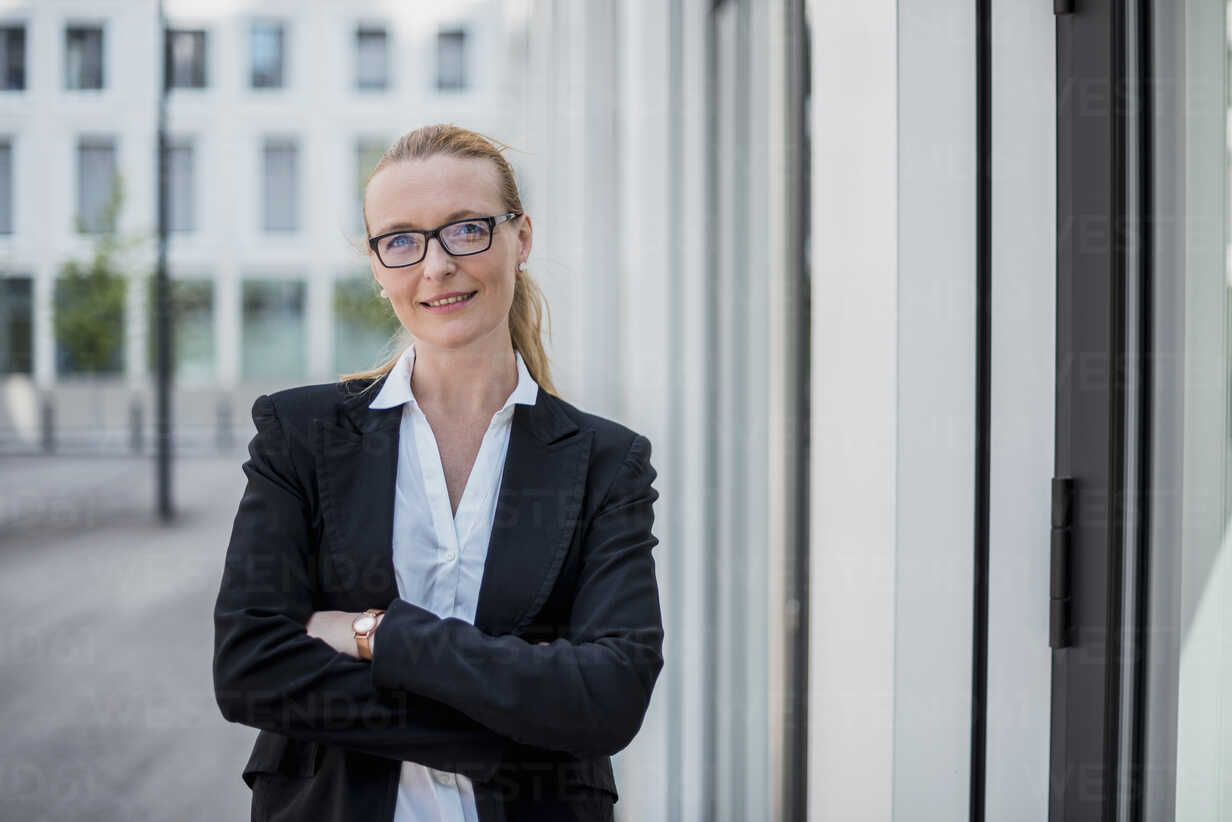 Portrait of smiling businesswoman - DIGF04492 - Daniel Ingold/Westend61