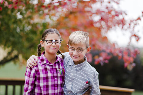 Siblings with arms around each other dressed up as nerds - ISF03805