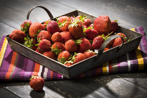 Fresh strawberries in bowl - MAEF12605