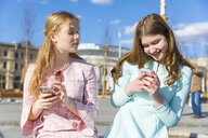 Russia, Moscow, teenage girls with smartphones - WPEF00342
