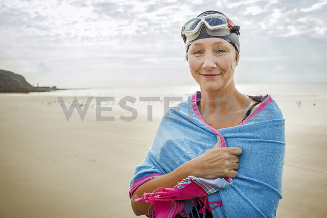 Woman on beach with wrap over shoulders, Folkestone, UK - ISF05040 - Igor Emmerich/Westend61