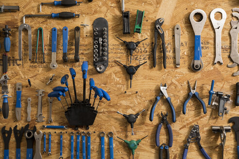 Assortment of bicycle tools - ISF05580