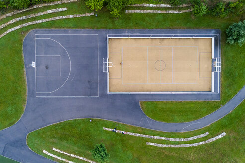 Young woman playing basketball, aerial view - STSF01585