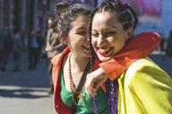 Women on city break, Milan, Italy - ISF05990