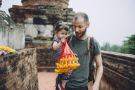 Thailand, Ayutthaya, father and little daughter bringing offerings at Wat Yai Chaya Mongkhon temple complex - GEMF02023