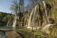 Croatia, Plitvice Lakes National Park, waterfall and wooden walkway - FPF00159