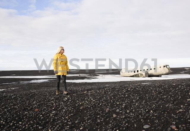 Woman enjoying view, Solheimasandur, Iceland - CUF17454 - Oscar Bjarnason/Westend61