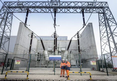 Workers with 400KV transformer in gas-fired power station, low angled view - CUF18120