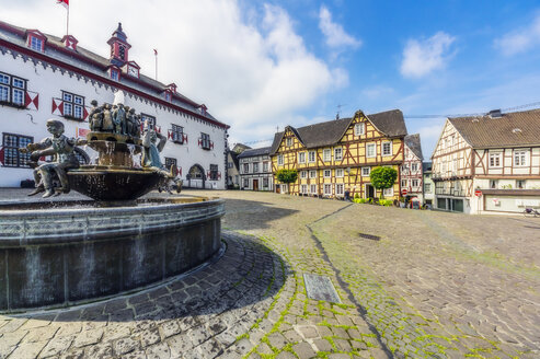 Germany, Rhineland-Palatinate, Linz am Rhein, Old town, market square with fountain and half-timbered houses - THA02167