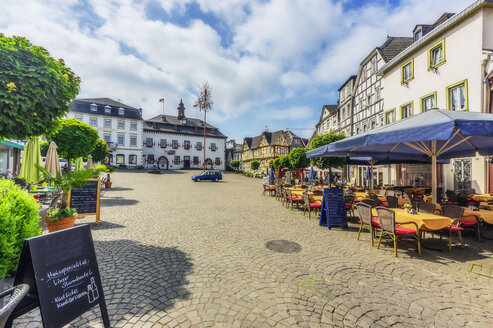 Germany, Rhineland-Palatinate, Linz am Rhein, Old town, market square with fountain and half-timbered houses - THAF02170