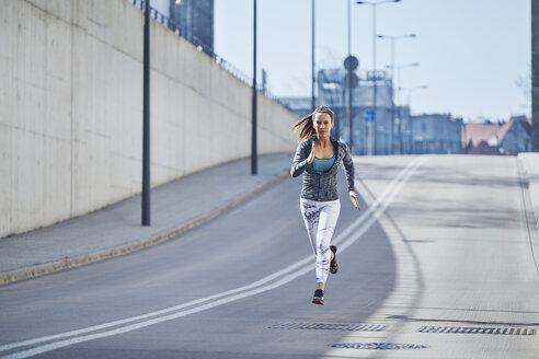 Female runner during urban workout - BSZF00451