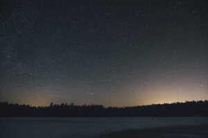 Sweden, Sodermanland, frozen lake Navsjon in winter under starry sky at night - GUSF00919