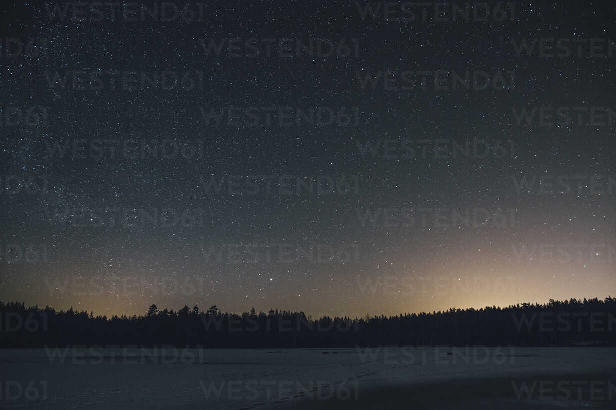 Sweden, Sodermanland, frozen lake Navsjon in winter under starry sky at night - GUSF00919 - Gustafsson/Westend61