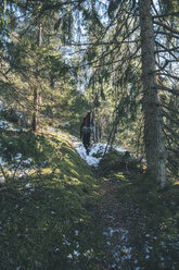Sweden, Sodermanland, backpacker hiking in remote forest in winter - GUSF00922