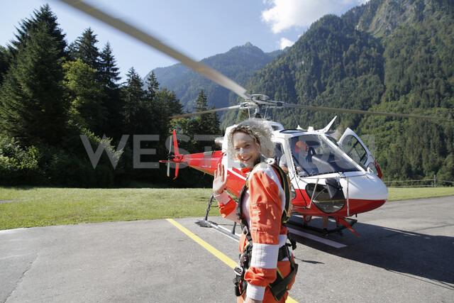 First time female tandem sky diver getting ready for helicopter, Interlaken, Berne, Switzerland - CUF21026 - Oliver Furrer/Westend61