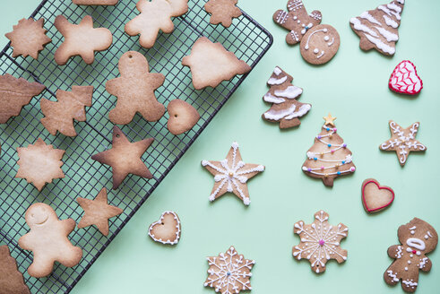 Unfinished and decorated gingerbread cookies - SKCF00465