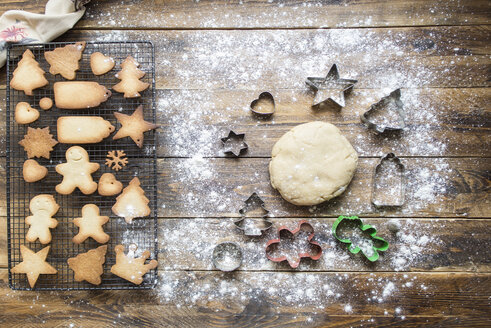 Baking gingerbread cookies - SKCF00468