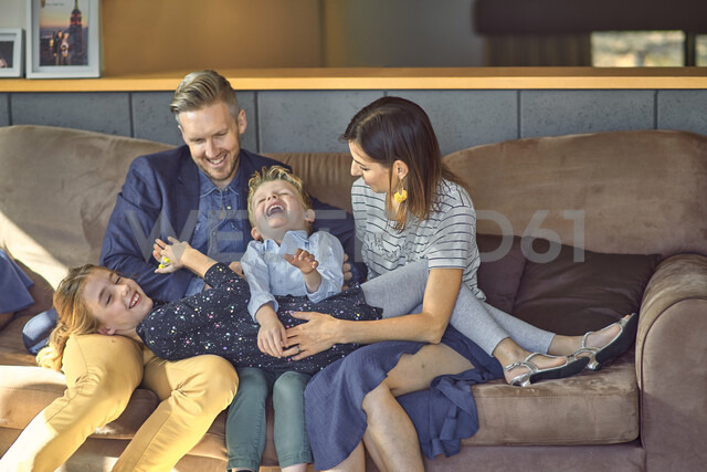 Happy family relaxing on the couch at home - BEF00146 - Benjamin Egerland/Westend61