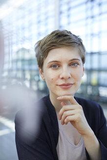 Portrait of blond businesswoman - PNEF00699