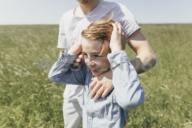 Happy boy and young man in a field - KMKF00303 - Katharina Mikhrin/Westend61