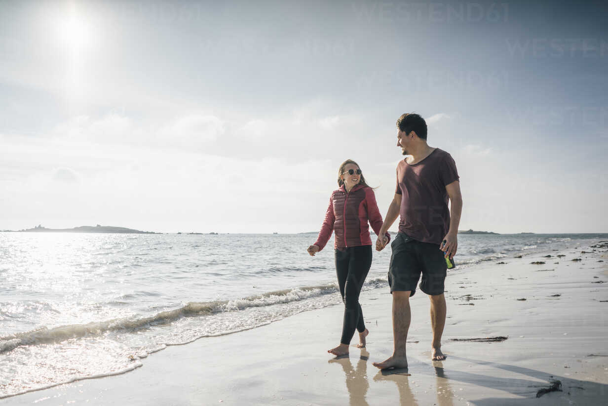 France, Brittany, Landeda, couple walking hand in hand on the beach - GUSF00964 - Gustafsson/Westend61