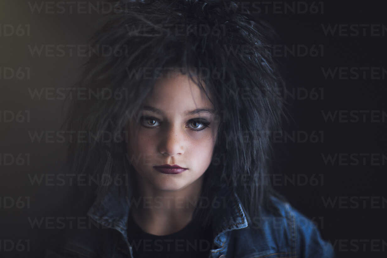 Portrait of girl dressed up as punk looking at camera - ISF08989 - Rebecca Nelson/Westend61