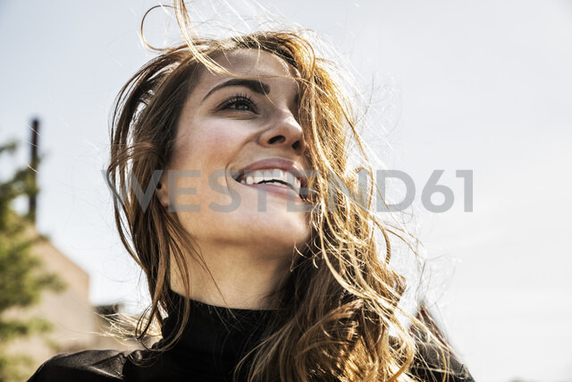 Portrait of happy woman with blowing hair - FMKF05129 - Jo Kirchherr/Westend61