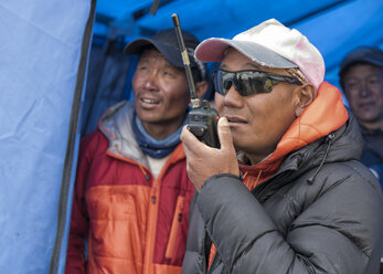 Nepal, Solo Khumbu, Everest, Sagamartha National Park, Man talking on a walkie talkie - ALRF01242