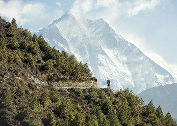 Nepal, Solo Khumbu, Everest, Sagamartha National Park, Man looking at Mount Everest - ALRF01251