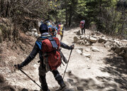 Nepal, Solo Khumbu, Everest, Sagamartha National Park, Mountaineers walking on dirt track - ALRF01254