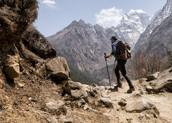 Nepal, Solo Khumbu, Everest, Sagamartha National Park, Mountaineers hiking the Himalayas - ALRF01257