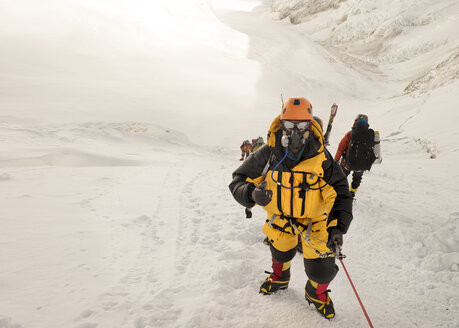 Nepal, Solo Khumbu, Everest, Sagamartha National Park, Roped team ascending, wearing oxigen masks - ALRF01260
