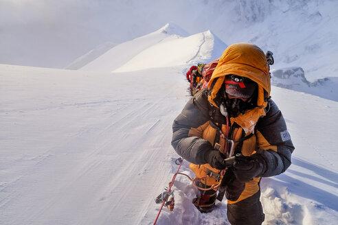 Nepal, Solo Khumbu, Everest, Sagamartha National Park, Roped team ascending, wearing oxigen masks - ALRF01263