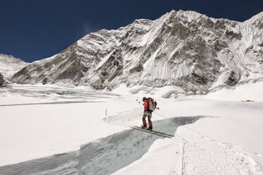 Nepal, Solo Khumbu, Everest, Sagamartha National Park, Mountaineer crossing icefall on a ladder - ALRF01269