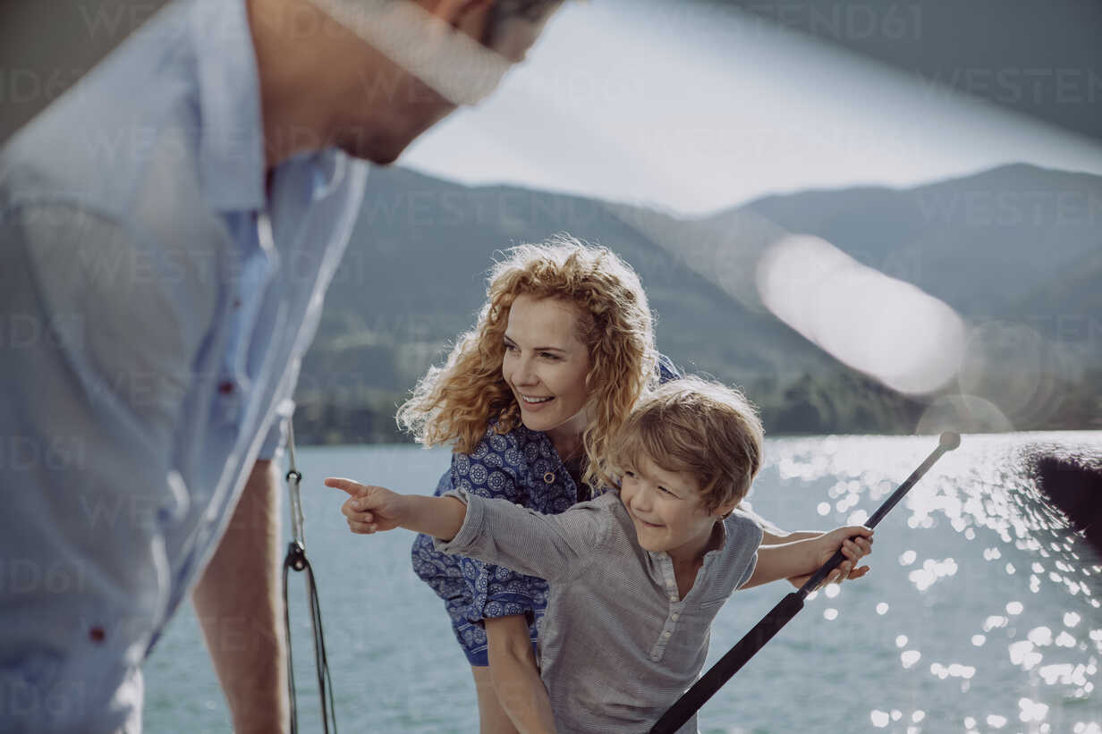 Boy with parents on a sailing trip pointing his finger - JLOF00038 - Johanna Lohr/Westend61
