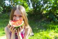 Portrait of smiling girl eating watermelon in summer - SARF03770