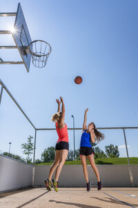 Young women playing basketball - STSF01613