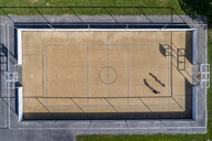 Young man and woman playing basketball, aerial view - STSF01619