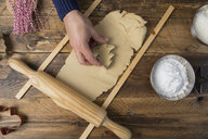 Making christmas cookies with mold - SKCF00494
