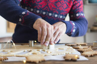 Making christmas cookies with mold - SKCF00503