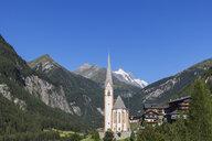 Austria, Carinthia, Heiligenblut am Grossglockner, Hohe Tauern National Park, parish church in front of Grossglockner - GWF05527
