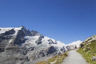 Austria, Carinthia, Grossglockner peak,Pasterze glacier, Johannisberg, hiker on Gamsgrubenweg near Kaiser-Franz-Josefs-Hoehe, High Tauern National Park - GWF05536